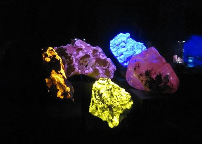 LUYOR-3410用于观察矿石的颜色